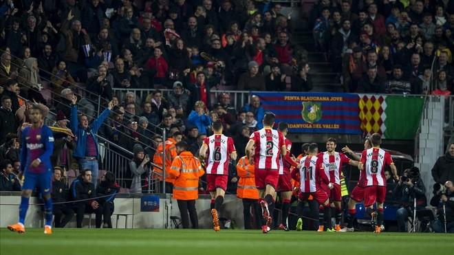 Los jugadores del Girona celebran el gol de Portu en el Camp Nou.