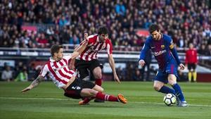 Messi recorta a dos jugadores del Athletic.