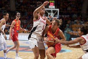 La jugadora de España Queralt Casas (c) realiza una entrada a canasta ante Canadá.