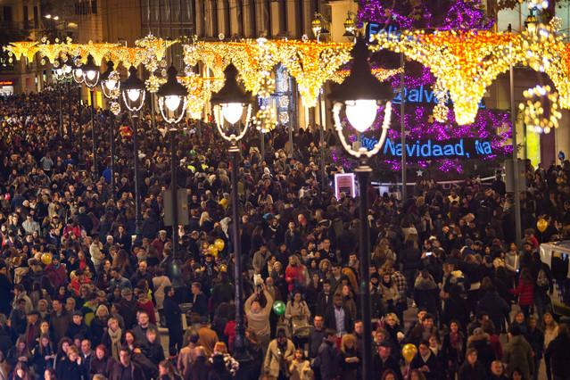 ElPortal de l'Àngel lleno de gente por las compras de Navidad.