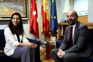 El presidente de la Asamblea de Madrid, Juan Trinidad, y la candidata de Vox en la Comunidad de Madrid, Rocío Monasterio, durante la reunión que han mantenido este martes, dentro de una nueva ronda de contactos con los seis grupos parlamentarios.