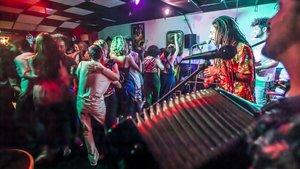 Actuación del grupo de forró brasileño Cabra Xaxado en el bar La Maceta