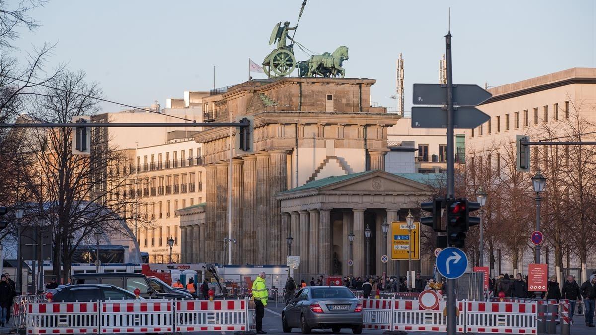 Agentes de policía acordonan la zona situada entre la calle 17 de junio y la Puerta de Brandenburgo, durante los preparativos de la celebración de Nochevieja en Berlín, el 29 de diciembre.