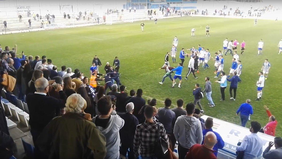 La agresión de los ultras del Xerez a los jugadores del Écija.