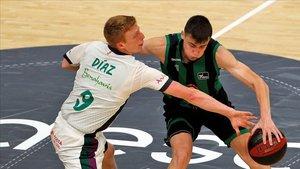 Alberto Díaz intenta robarle el balón al base verdinegro Dimitrijevic en una acción del partido