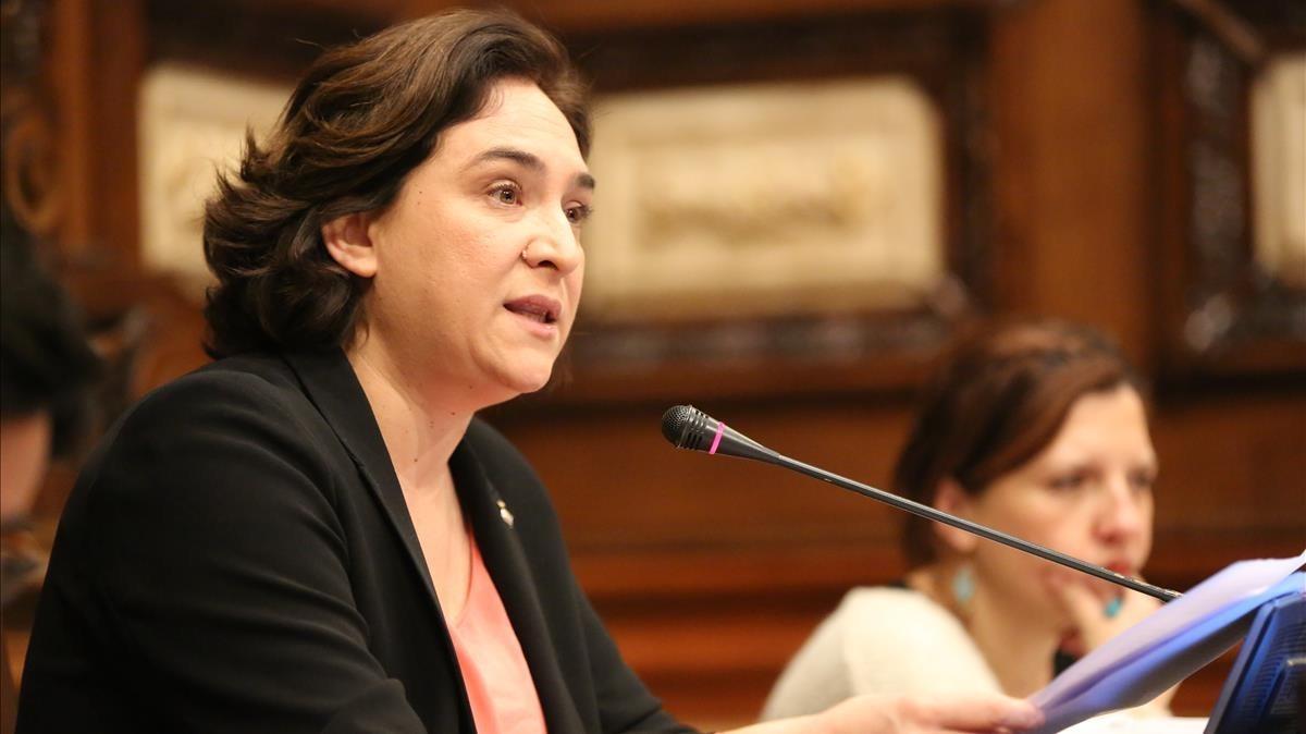 La alcaldesa de Barcelona, Ada Colau, durante un pleno municipal.