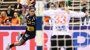 Alicia Fernández dispara ante la portería holandesa.