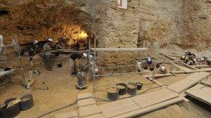 Trabajos de excavación en una pasada campaña en el yacimiento arqueológico del Abric Romaní, en Capellades (Anoia).
