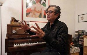 El escritor y músicoArmando Vega Gil, integrante de la banda rock Botellita de jerez.