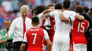Arsene Wenger celebra con Alexis Sánchez la victoria sobre el Chelsea.