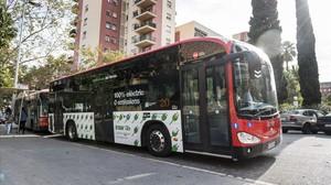 Un autobús eléctrico de TMB circula por el barrio del Congrès.