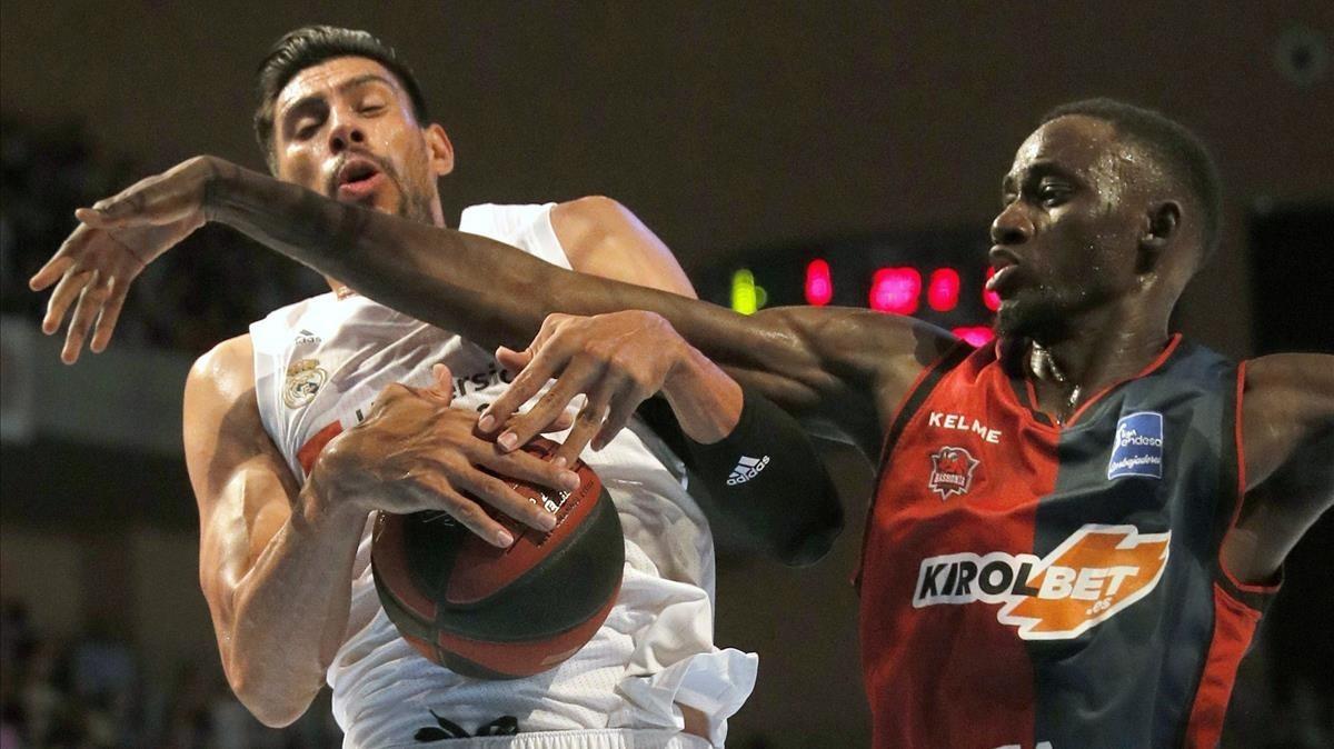 Ayón defiende el balón frente a Diop.