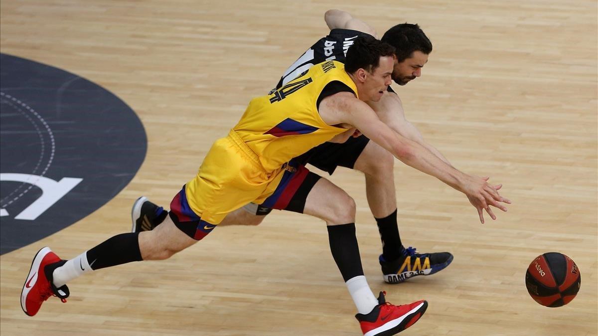 El azulgrana Kuric intenta robar un balón a Rafa Martínez en un instante del partido