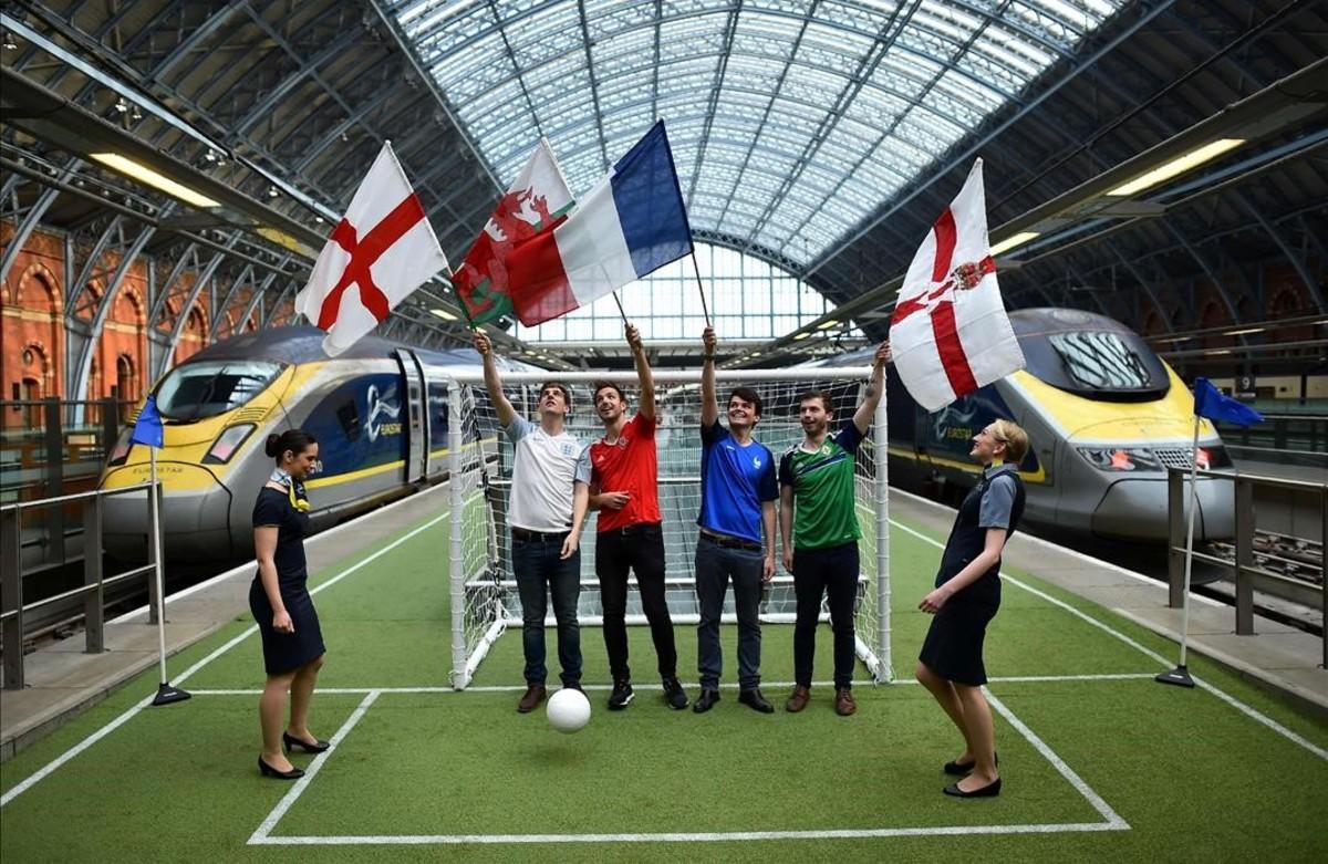 Banderas de Inglaterra, Gales, Francia e Irlanda del Norte en un pequeño campo de fútbol en el andén de la estación de St Pancras en Londres.Eurostar espera transportar amás de medio millón de aficionados durante la Eurocopa 2016.