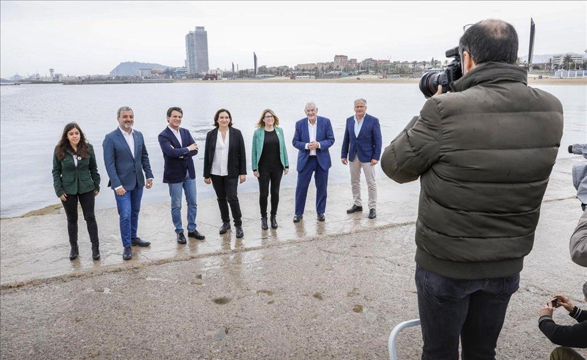 El jefe de Fotografía de El Periódico, Julio Carbó, realiza la foto a los candidatos al Ajuntament de Barcelona.