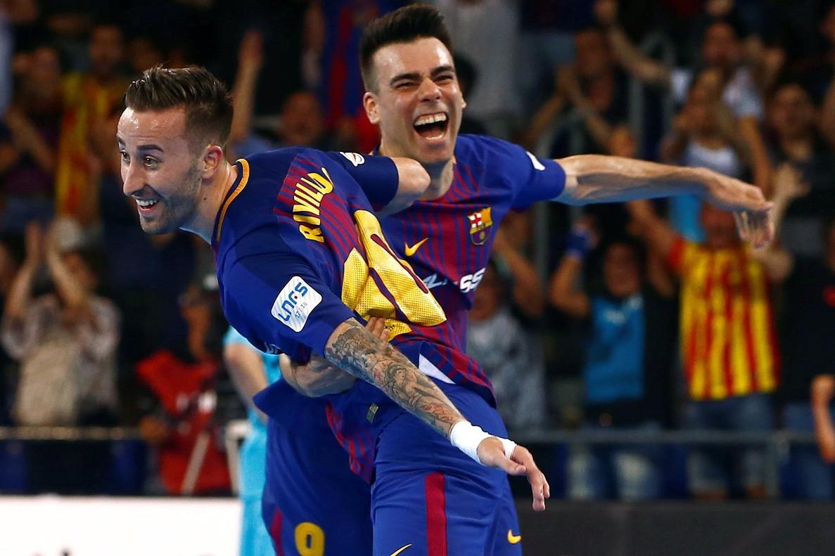 Mario Rivillos (izquierda) celebra su gol con su compañero Lozano.