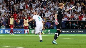 Benzema marca el 1-0 tras el primer regalo de Karius.