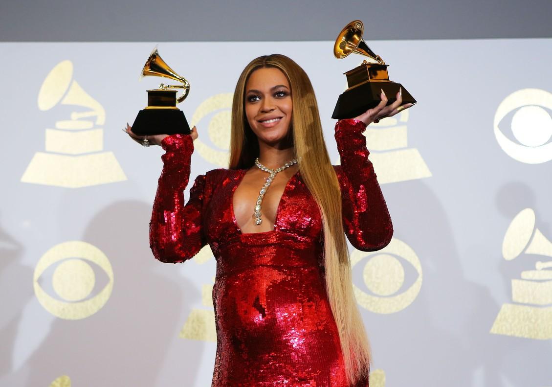 Beyoncé posa con sus dos Grammy al mejor álbum urbano contemporáneo y al mejor vídeo.