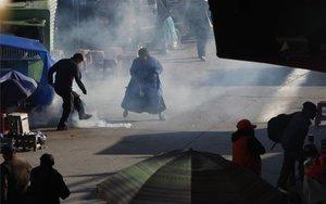 Policía de Bolivia lanza gases lacrimógenos contramanifestantes.