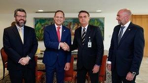 Presidente de BrasilJair Bolsonaroquien saluda al presidente del Tribunal Supremo de Justicia de Venezuela en el exilioMiguel Angel Martin,el representante de la OEA Gustavo Cinosiy el ministro de Relaciones Exteriores de BrasilErnesto Araujoen BrasiliaBrasilEFEAlan SantosPresidencia