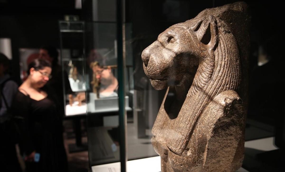 Busto de granito de la diosa leona por excelencia,Sekhmet, en la exposición Animales sagrados, en el Museu Egipci.