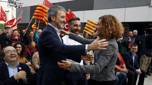 La cabeza de lista del PSC por Barcelona para las generales, Meritxell Batet, se abraza con el alcaldable Jaume Collboni, este jueves, en Santa Coloma de Gramenet.