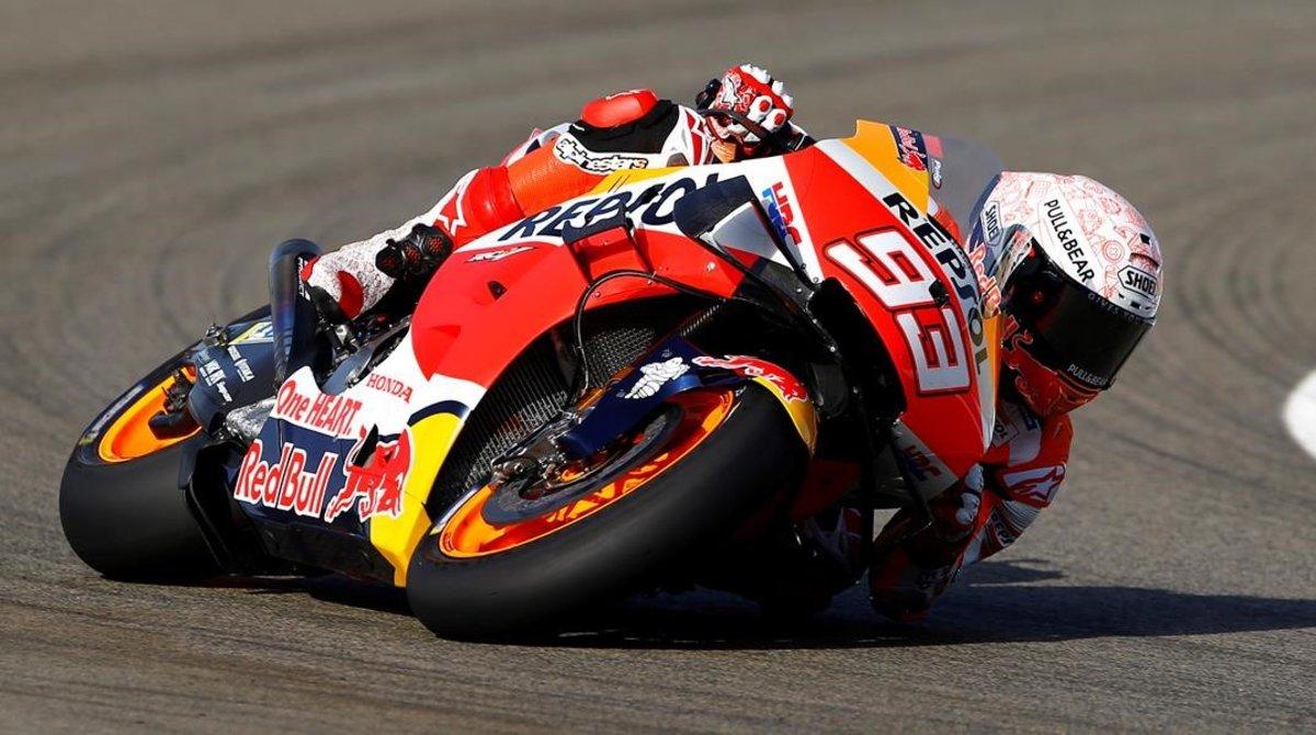 El campeón Marc Márquez (Honda), que sufrió hoy una caída, en Jerez, lamiento espectacularmente el asfalto.