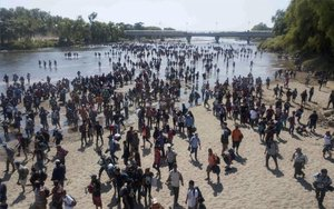 Inmigrantes centroamericanos atraviesan hacia México de manea ilegal.