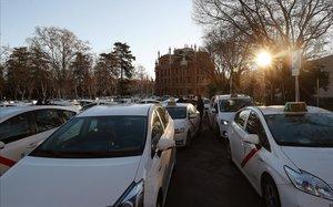 Caravana de taxistas en los alrededores del cementerio de la Almudena, en Madrid.