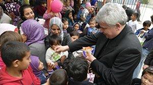 El cardenal Krajewski reparte caramelos entre niños de uncampo de refugiados en Grecia, el pasado día 9.