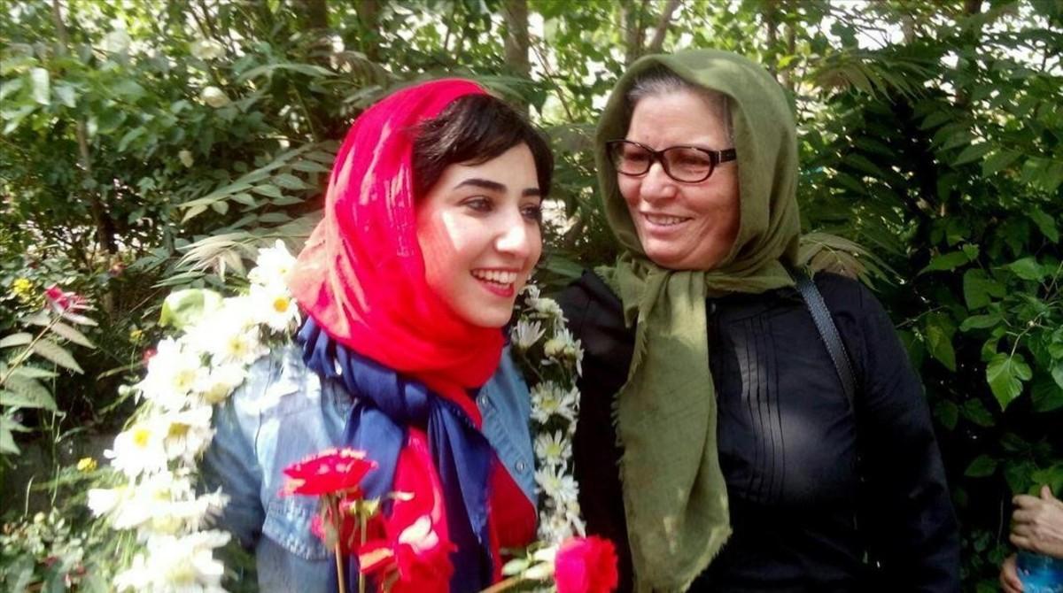 Atena Farghadani (izquierda) y su madre, el pasado martes, tras dejar la caricaturista iraní la cárcel.