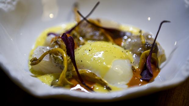 Receta de huevo cocinado a baja temperatura con vieiras, galeras y jugo decabeza degamba.