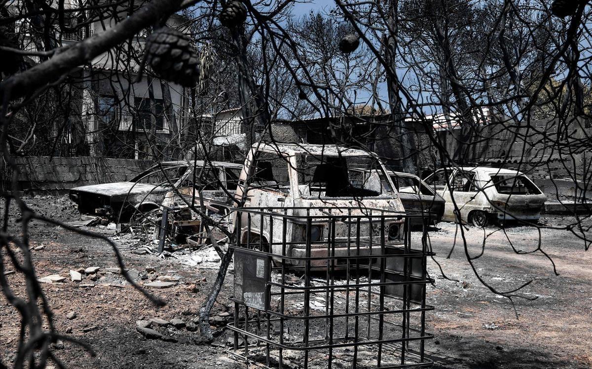 Casas y coches calcinados en Mati.
