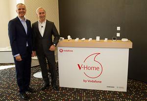 Celestino García (Samsung) y Antonio Coimbra (Vodafone) en la presentación del acuerdo en el marco del Mobile World Congress de Barcelona.