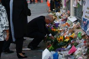 El primer ministro de Australia, Scott Morrison, reza frente un altar improvisado en honor a las víctimas del ataque a la mezquita Al-Noor Mosque en Christchurch.