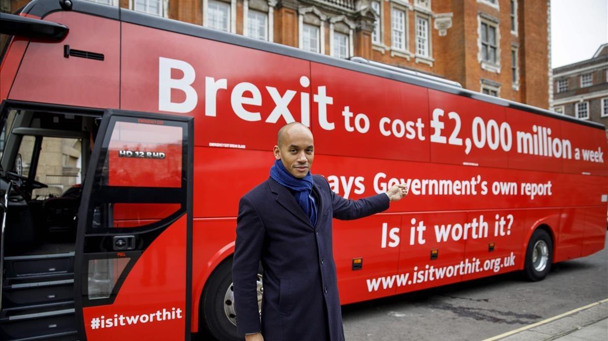 Chuka Umunna, diputado laborista, junto al autobús fletado por la nueva campaña contra el 'brexit', en Londres, el 21 de febrero.