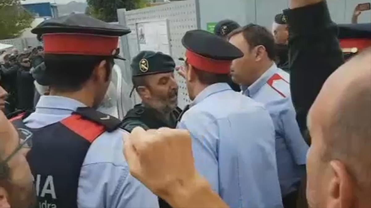 Mossos se encaran con un guardia civil en un centro de votación, el 1-O.