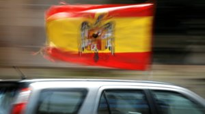 Un coche pasea la bandera preconstitucional durante la manifestación convocada por Vox contra el Gobierno, el 23 de mayo en Málaga.