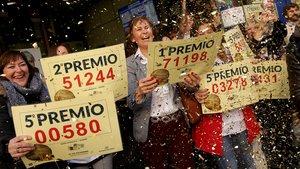 Alegría en la administración de Doña Manolita de Madrid, que en el 2018 repartió décimos del gordo y de otros premios mayores de la Lotería de Navidad.