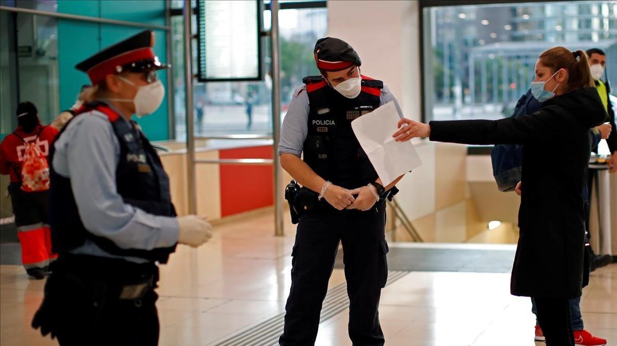 Control de los Mossos d'Esquadra en la estación de Sants de Barcelona, este martes.