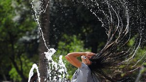 Una joven cordobesa se refresca en una de las fuentes de la ciudadpara aliviar las altas temperaturas. Está previsto que este lunes, Córdoba tenga avisos de nivel amarillo por riesgo por calor, ya que alcanzará los39ºC .