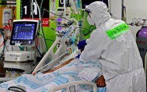 Personal médico atiende a enfermo de COVID-19 en Israel.