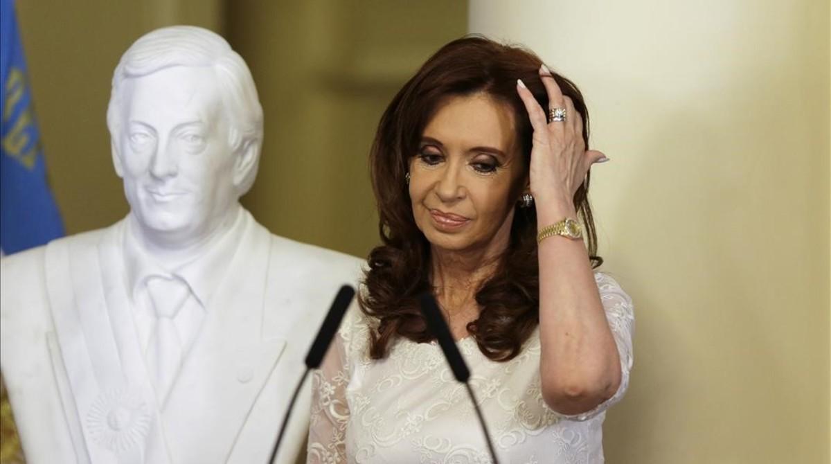 Cristina Fernández, junto al busto de su fallecido marido, Néstor Kirchner, en el 2015.