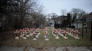 Estas 43 cruces plantadas en un barrio de Chicago simbolizan los muertos por asesinato en esta ciudad en lo que va del 2017.