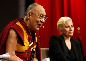 El Dalai Lama y Lady Gaga, en Indianapolis.