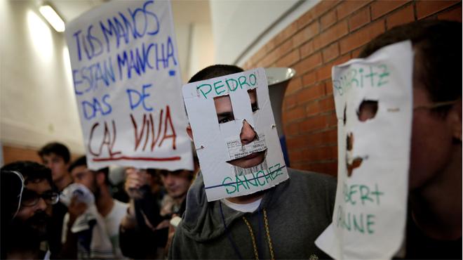 Decenas de jóvenes revientan un acto de Felipe González en la Universidad Autónoma de Madrid.