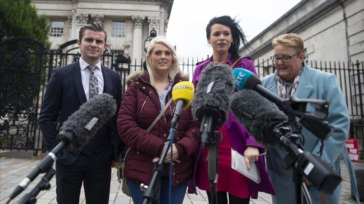 La demandante Sarah Ewart celebra su victoria frente a la corte en Belfast.