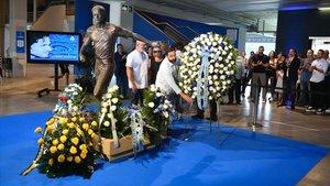 Ofrenda floral en la puerta 21 del estadio de Cornellà de los padres de Dani Jarque y de su amigo Magic Diaz en el décimo aniversario de la muerte del ex capitán blanquiazul.