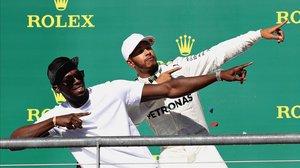 Dos campeones, Usain Bolt y Lewis Hamilton, en el podio del GP de Inglaterra de F-1.