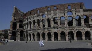 Dos monjas caminan frente a un Coliseo sin apenas visitantes, el pasado sábado.